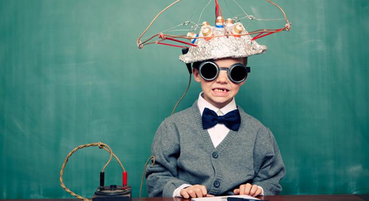 Enfant fait des experiences avec un casque