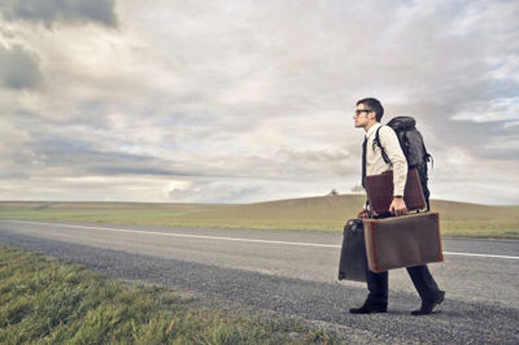 homme d'affaire avec valise